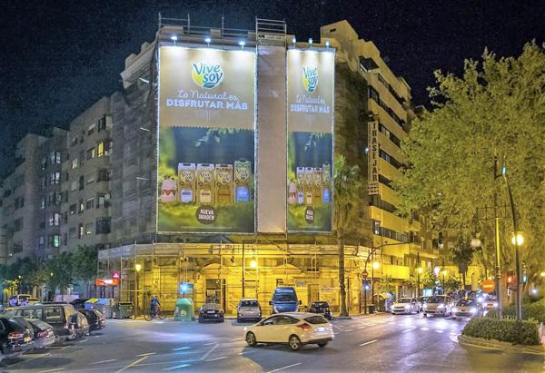 """Lona publicitaria """"Vive Soy"""" en fachada"""