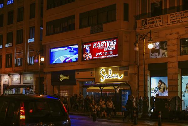 Publicidad en pantallas LED en el centro de Valencia
