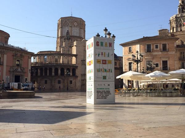 """Totem publicitario """"Gran Fira de València"""" ubicado junto a plaza de la virgen de Valencia"""
