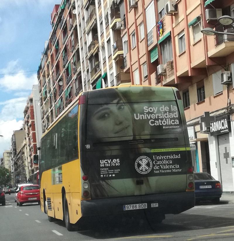 """Publicidad trasera integral """"Universidad Católica de Valencia"""" en autobús interurbano"""