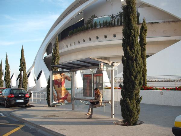 Publicidad en marquesina junto a la ciudad de las artes y las ciencias
