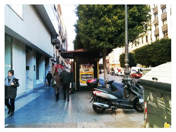 Publicidad en kiosko de la calle Colón de Valencia
