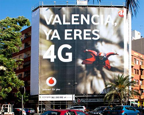 """Lona publicitaria """"Vodafone"""" en fachada"""