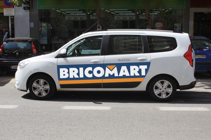 """Publicidad """"BRICOMART"""" en taxi"""