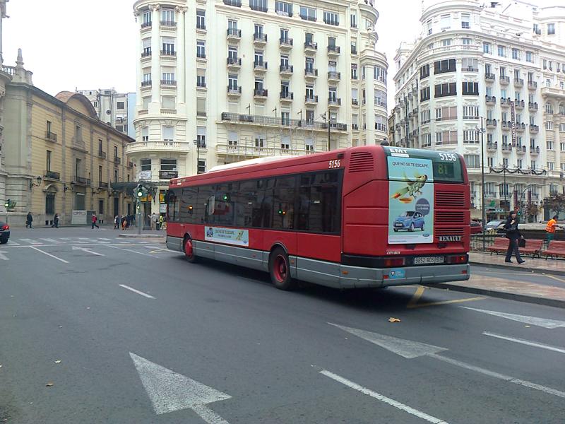 Publicidad estándar en autobús urbano. Fotografía tomada junto al ayuntamiento de Valencia