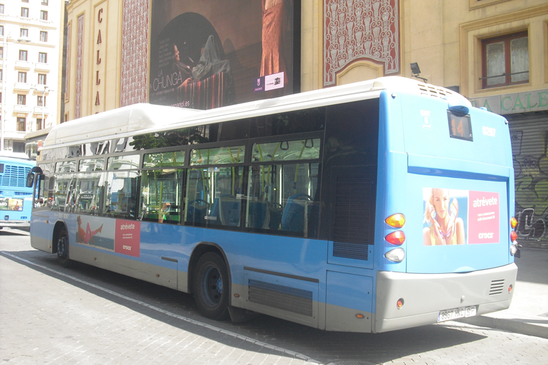 """Publicidad estándar """"Crocs"""" en autobús urbano"""