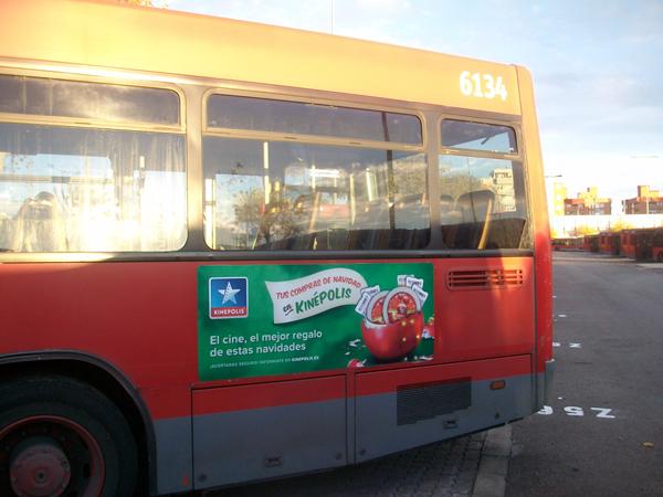 """Publicidad estándar """"Kinépolis"""" en autobús urbano"""