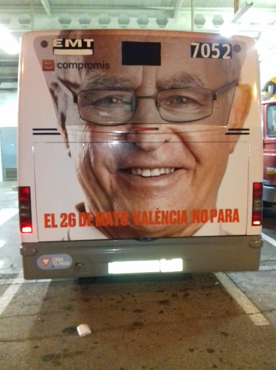 """Fotografía publicidad campaña """"Compromís"""" en autobús semiintegral"""